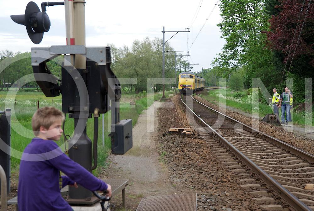 OMMEN - Trein steekt weg over..De trein Zwolle Emmen, stopte niet voor station Ommen, ogenschijnlijk met defecte remmen..De machinist stak luid toeterend met de trein de onbewaakte drukke N347  over..Foto: De passagiers moesten ruim een uur in de trein wachten voordat zij de trein mochten verlaten..FFU PRESS AGENCY COPYRIGHT FRANK UIJLENBROEK.