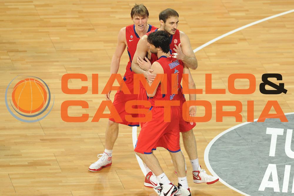 DESCRIZIONE : Istanbul Eurolega Eurolegue 2011-12 Final Four Finale Final CSKA Moscow Olympiacos<br /> GIOCATORE : Andrei Kirilenko Milos Teodosic<br /> SQUADRA : CSKA Moscow<br /> CATEGORIA : esultanza<br /> EVENTO : Eurolega 2011-2012<br /> GARA : CSKA Moscow Olympiacos<br /> DATA : 13/05/2012<br /> SPORT : Pallacanestro<br /> AUTORE : Agenzia Ciamillo-Castoria/GiulioCiamillo<br /> Galleria : Eurolega 2011-2012<br /> Fotonotizia : Istanbul Eurolega Eurolegue 2010-11 Final Four Finale Final CSKA Moscow Olympiacos<br /> Predefinita :