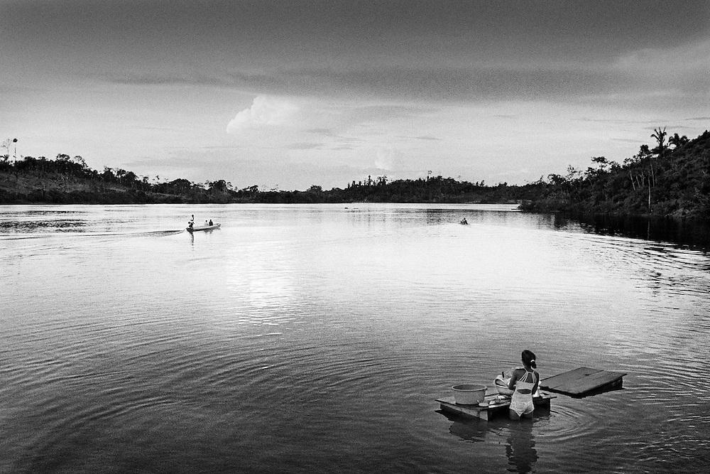 Brazil, Ressaca, rio Xingu, Para.<br /> <br /> Ressaca, colonie de garimpeiros. La consommation electrique du Bresil se developpe et depasse la croissance de l'approvisionnement. Le gouvernement bresilien voient une solution au c&oelig;ur du bassin amazonien, source de puissance hydroelectrique. Le Bresil accelere des plans pour construire le troisieme plus grand barrage du monde sur une courbe du fleuve de Xingu. Ce barrage augmentera la capacite hydroelectrique du pays de 15 %. Une aire de 400 km2 sera inondee. Les adversaires du projet de barrage maintiennent qu'il est economiquement inefficace, devasterait jungles, fleuves et faune, deracinerait indiens et colons, et empecherait la navigation.