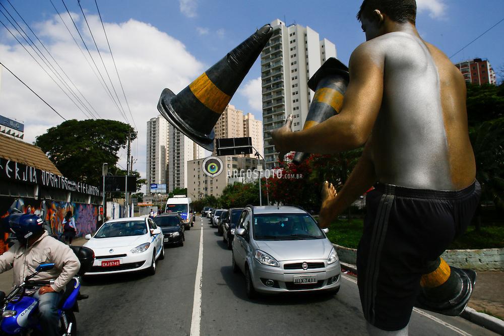 Artista de rua com malabares em rua de Guarulhos./ Street performer with Malabar in street. Guarulhos, SP - Brasil - 2013 - Foto: Felipe Larozza/Argosfoto