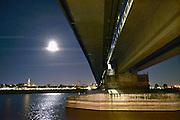 Nederland, Nijmegen, 14-8-2016 Sfeerbeeld bij maanlicht van het Rivierpark en het eiland Veur-Lent, lentereiland . Resultaat van het project Ruimte voor de RivierFoto: Flip Franssen