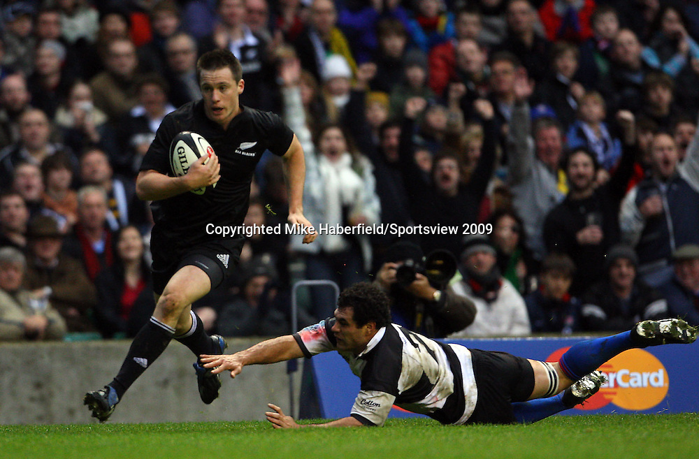 c MIKE HABERFIELD 2009 -   New Zealand wing Ben Smith beats Barbarians Bismarck du Plessis to score a try  -  Barbarians v New Zealand,  5 December 2009 - at Twickenham- Paid use only - No syndication without agreement - Tel: 07768 566933 - Please credit: Mike Haberfield/Sportsview