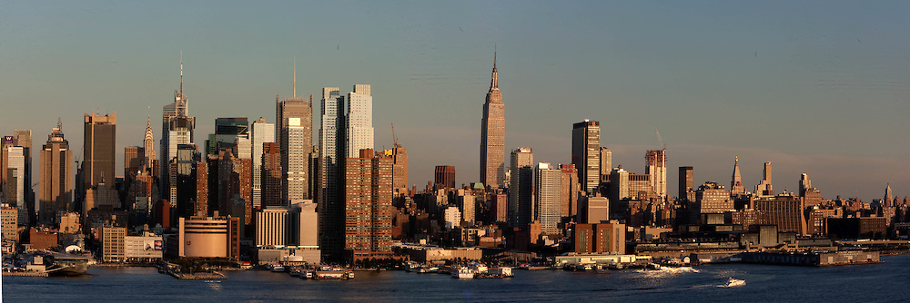 New York . Manhattan  skyline view from new Jersey.  United states  / le panorama de Manhattan Midtown ,  la ligne des gratte ciel de time square,  New York - Etats-unis