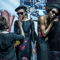 Les modèles portant des tenues de Moofa attendent en backstage avant de defiler lors de la Lagos Fashion and Design Week.