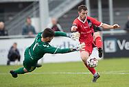 Nicolas Mortensen (FC Helsingør) vinder duel med målmand Mikkel Kvist Willumsen (Holbæk B&I) under kampen i 2. Division mellem Holbæk B&I og FC Helsingør den 20. oktober 2019 i Holbæk Sportsby (Foto: Claus Birch).