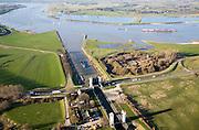 Nederland, Gelderland, Sint Andries, 11-02-2008; zicht op het Land van Maas en Waal, Waal boven in beeld; midden en voorgrond: Kanaal van Sint Andries, met schutsluis; op deze plek, in de Gemeente Heerwaarden, naderen de twee rivieren elkaar het meest; rechts boven de sluiskolk: voormalig fort; de geopend sluis zorgt voor een file voor het lokale verkeer; kolk, sluiskolk, schutten, St. Andries;..luchtfoto (toeslag); aerial photo (additional fee required); .foto Siebe Swart / photo Siebe Swart
