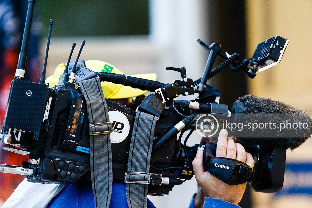 150916 Speedway, SM-final, Vetlanda - Indianerna<br /> TV-kamera / TV-fotograf i arbete.<br /> Speedway, Swedish championship final,<br /> TV-camera, TV photographer working.<br /> &copy; Daniel Malmberg/Jkpg sports photo