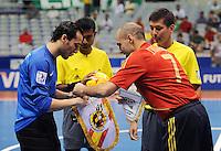 Fussball  International  FIFA  FUTSAL WM 2008   03.10.2008 Vorrunde Gruppe D Libya - Spain Lybien - Spanien JAVI RODRIGUEZ (re, ESP) und Mohamed ALSHARIF (LBY) tauschen die Wimpel. Im Hintergrund die Schiedsrichter Nurdin BUKUEV (KGZ) und Amitesh BEHARI (li, FIJ)