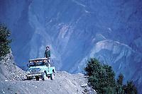 Pakistan, Khyber Pakhtunkhwa, Chitral, jeep sur une piste // Local jeep, Chitral, Khyber Pakhtunkhwa, Pakistan