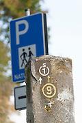 Wanderweg Markierung, Schild Wanderparkplatz, Odenwald, Naturpark Bergstraße-Odenwald, Hessen, Deutschland | walkers sign, car park sign, Odenwald, Hessen, Germany