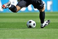 FUSSBALL   1. BUNDESLIGA   SAISON 2008/2009   3. SPIELTAG Bayer 04 Leverkusen - 1899 Hoffenheim                30.08.2008 Symbolbild Fussball: Torwarwart beim Abstoss