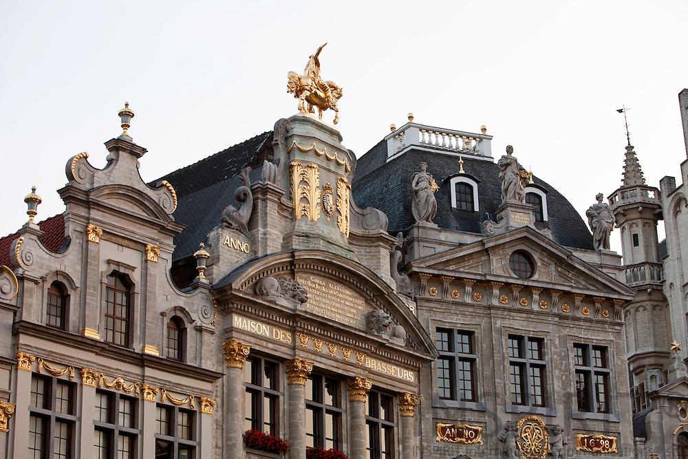 BRUSSELS - BELGIUM - 26 JUNE 2010 -- Grand Place by night, the Brussels Town Hall in the city centre. PHOTO: ERIK LUNTANG / INSPIRIT Photo -- Laugshusene på Grand Place i Bruxelles er smukt dekoreret med guldskrift og figurer. Her er det bryggernes hus, som har en hest med rytter. PHOTO: ERIK LUNTANG / INSPIRIT Photo