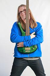 """Humberto Gessinger (Porto Alegre, 24 de dezembro de 1963) é vocalista, baixista, pianista, guitarrista e líder da banda Engenheiros do Hawaii. Em 1986 gravou seu primeiro disco, """"Longe Demais das Capitais"""". É casado com a arquiteta Adriane Sesti, antiga colega de escola e faculdade, e com ela tem uma filha chamada Clara. FOTO: Jefferson Bernardes/ Agência Preview"""