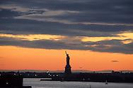 New York. Statue of liberty  view from Brooklyn pier New York  Usa /  La statue de la liberte  vue depuis Brooklyn Heights promenade  New York  USa