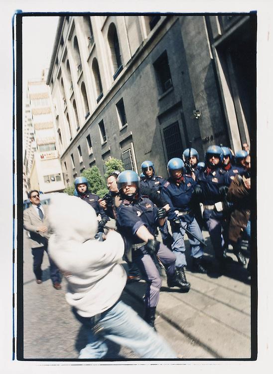 Napoli, No Global Forum, marzo 2001. 16 marzo, corteo dopo un'azione contro McDonald's. Un momento di tensione tra polizia e manifestanti.