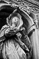 statua della Madonna Addolorata, recante, conficcata nel cuore, una spad;  incastonata in una nicchia posta sulla facciata esterna della chiesa alla Stessa intitolata, a Galatina (LE)