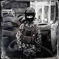 © Benjamin Girette / IP3 press : Kiev le 24 Fevrier 2014 : Marian, 18 ans, manifestant anti Yanukovitch garde une barricade à l'entrée de la place de l'indépendance, armé d'un tonfa et d'un casque récupéré sur un policier lors de précédents affrontements.