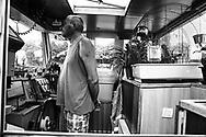 Jean-Pierre Baussart sur son bateau, Le Pélican, accompagné de son perroquet de 20 ans.