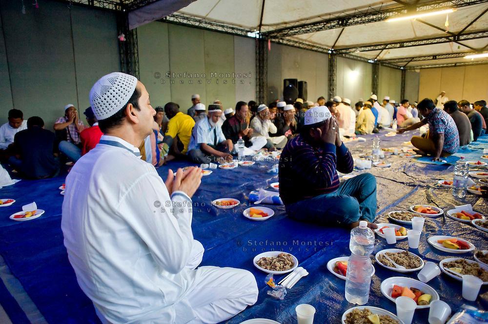 Roma 12 luglio 2014<br /> Immigrati del Bangladesh  durante Iftar, la cena per rompere il digiuno nel mese del Ramadan, pasto che unisce tutti i musulmani a tavola  dopo una lunga giornata  di digiuno, organizzato dall'associazione Dhuumcatu, al Campetto Casal Bertone,in Via Ettore Fieramosca- Roma.<br /> Rome July 12, 2014 <br /> Immigrants from Bangladesh during Iftar, the meal to break the fast during the month of Ramadan, the meal that unites all Muslims in the table after a long day of fasting, organized by Dhuumcatu, a Campetto Casal Bertone district, Via Ettore Fieramosca , Rome.