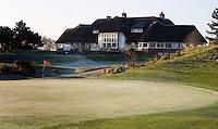 ZANDVOORT - De golfbaan van de Kennemer Golfclub, waar ook in 2008 het Dutch Open voor mannen zal worden gehouden. Op de foto: de green van 18 met het clubhuis. Copyright Koen Suyk