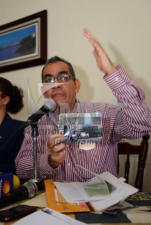 Toluca, México.- José Humbertus Péres Espinosa, representante del Frente Mexiquense en Defensa de una Vivienda Digna, en conferencia de prensa acuso a la PGJEM de proteger al ex presidente de la Junta de Coordinación Política de la LVIII Legislatura, Aarón Urbina Bedolla, por el delito de fraude contra miles de familias mexiquense. Agencia MVT / Crisanta Espinosa