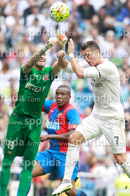 17.10.2015, Estadio Santiago Bernabeu, Madrid, ESP, Primera Division, Real Madrid vs Levante UD, 8. Runde, im Bild Real Madrid's Cristiano Ronaldo (r) and Levante UD's Ruben Martinez // during the Spanish Primera Division 8th round match between Real Madrid and Levante UD at the Estadio Santiago Bernabeu in Madrid, Spain on 2015/10/17. EXPA Pictures &copy; 2015, PhotoCredit: EXPA/ Alterphotos/ Acero<br /> <br /> *****ATTENTION - OUT of ESP, SUI*****