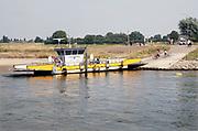 Nederland, Dieren, 19-9-2018De pont Steeds Voorwaarts tussen Dieren en Olburgen heeft moeite met aanlanden door de lage waterstand in de rivier de IJssel . Door de langdurige droogte is er weinig wateraanvoer .Foto: Flip Franssen