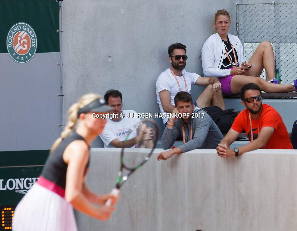 oben rechts, CARINA WITTHOEFT (GER) und ihr Trainer Jacek Szygowski sitzen auf der Zuschauer Tribuene,MONA BARTHEL unscharf im Vordergrund,<br /> <br /> Tennis - French Open 2017 - Grand Slam ATP / WTA -  Roland Garros - Paris -  - France  - 30 May 2017.