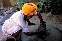 Inde - Rajasthan - Bijaipur - Potier