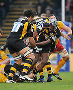 Twickenham, GREAT BRITAIN, Wasps, Serge BETSEN, smuggles the ball to,  Dan LEO, during the EDF Energy Cup rugby match,  London Wasps vs Newport Gwent Dragons, at Adam Stadium, on 02.11.2008 [Photo, Peter Spurrier/Intersport-images]
