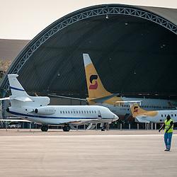 Avião da Sonair num hangar do Aeroporto Nacional 4 de Fevereiro em Luanda, Angola.