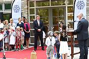 Koning Willem Alexander opent De Nieuwe Baarnsche School. De Koning heeft in zijn kinderjaren 6 jaar op deze school gezeten.(oude locatrie)<br /> <br /> King Willem Alexander opens New Baarnsche School. The King has been in his childhood 6 years at this school.(old location)<br /> <br /> Op de foto:  Aankomst van de Koning / Arrivbal of the King