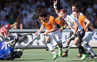 AMSTELVEEN -  Benjamin Stanzl van OZ stuit op Laurens Goedegebuure (A'dam)       Beslissende finalewedstrijd om het Nederlands kampioenschap hockey tussen de mannen van Amsterdam en Oranje Zwart (2-3).  rechts Justin Reid-Ross. COPYRIGHT KOEN SUYK