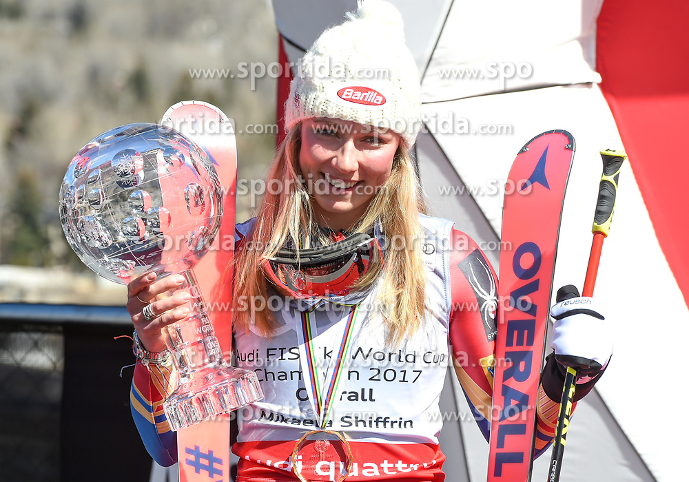 19.03.2017, Aspen, USA, FIS Weltcup Ski Alpin, Finale 2017, Gesamtweltcup, Damen, Siegerehrung, im Bild Mikaela Shiffrin (USA, Gewinnerin des Slalom und des Gesamt Weltcup) mit der Kristrallkugel für den Gesamtweltcupsieg // Winner of the Slalom and the Overall World Cup Mikaela Shiffrin of the USA with the crystal globe for the ladie's overall World Cup during the winner award ceremony for the ladie's overall winner of 2017 FIS ski alpine world cup finals. Aspen, United Staates on 2017/03/19. EXPA Pictures © 2017, PhotoCredit: EXPA/ Erich Spiess