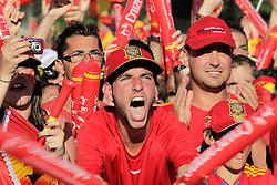 12.07.2010, Madrid, Spanien, ESP, FIFA WM 2010, Empfang des Weltmeisters in Madrid, im Bild Spanische Fans feierten den ersten WM Titel und ihre Mannschaft, EXPA Pictures © 2010, PhotoCredit: EXPA/ Alterphotos/ Acero / SPORTIDA PHOTO AGENCY