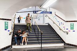 20.06.2016, Paris, FRA, UEFA Euro 2016, Frankreich, Das tägliche Leben, im Bild Touristen mit einer Landkarte auf einer Stiege einer U Bahn Station // Tourist with a map on a stairway to an underground railway station (Metro) The UEFA EURO 2016 France held from June 10 to July 10 2016, pictured in Paris, France on 2016/06/20. EXPA Pictures © 2016, PhotoCredit: EXPA/ JFK