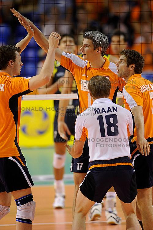 27-06-2010 VOLLEYBAL: WLV NEDERLAND - BRAZILIE: ROTTERDAM<br /> Nederland verliest met 3-2 van Brazilie / Jeroen Rauwerdink, Rob Bontje, Yannick van Harskamp en Jelte Maan<br /> &copy;2010-WWW.FOTOHOOGENDOORN.NL