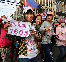 Phnom Penh-Cambodian factory workers protest wage rise