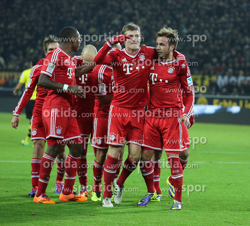 23.11.2013, Signal Iduna Park, Dortmund, GER, 1. FBL, Borussia Dortmund vs FC Bayern Muenchen, 13. Runde, im Bild Toni Kroos #39 (FC Bayern Muenchen) zeigt auf den Torschuetzen Mario Goetze #19 (FC Bayern Muenchen) beim Torjubel nach dessen Treffer zum 1:0, Emotion, Freude, Glueck, Positiv // during the German Bundesliga 13th round match between Borussia Dortmund and FC Bayern Munich at the Signal Iduna Park in Dortmund, Germany on 2013/11/23. EXPA Pictures &copy; 2013, PhotoCredit: EXPA/ Eibner-Pressefoto/ Schueler<br /> <br /> *****ATTENTION - OUT of GER*****