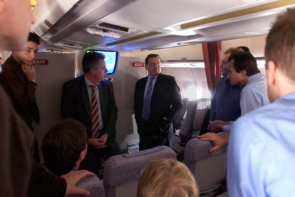 20 NOV 2003, LUFTRAUM:<br /> Gerharrd Schroeder, SPD, Bundeskanzler, im Gespraech mit Journalisten, in einem Airbus A310 der Flugbereitschaft der Luftwaffe, waehrend einem Flug von Berlin nach New York, USA<br /> IMAGE: 20031120-02-006<br /> KEYWORDS: U.S.A., Reise, Journalist, Flugzeug, Gespräch