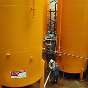 Nieuwe tanks geplaatst met hijskranen bij Teeuwissen Rioolreiniging Huizen