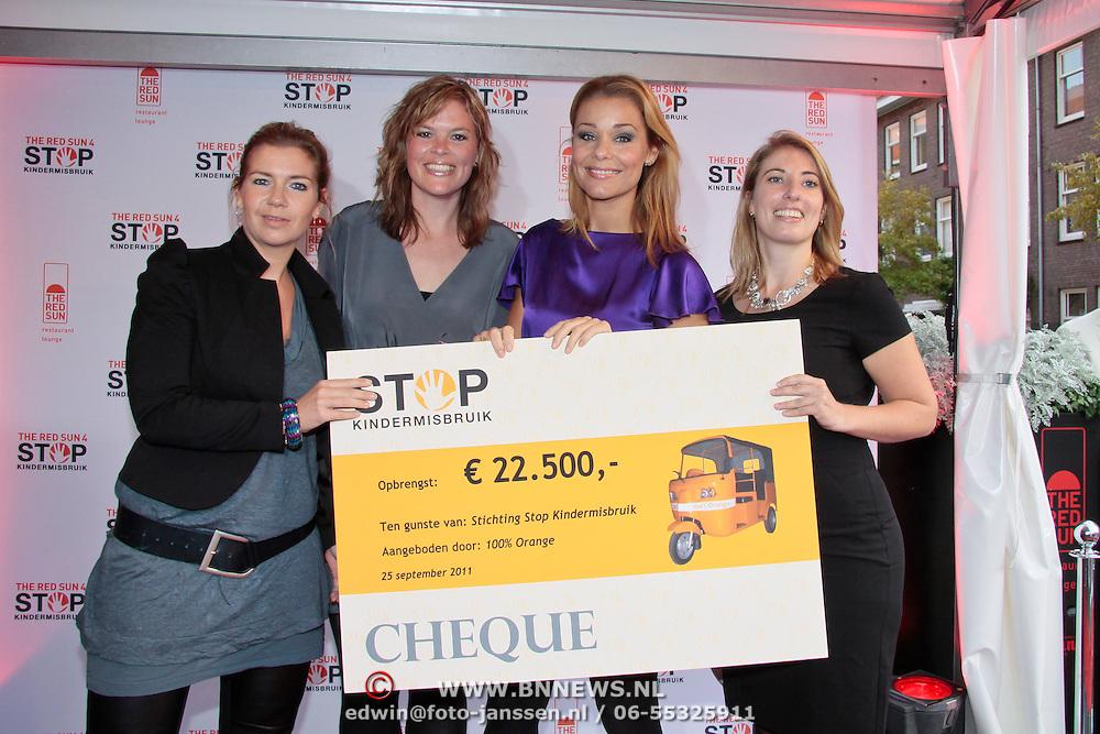 NLD/Amsterdam/20110925 - Benefietavond Red Sun Stichting Stop Kindermisbruik, cheque