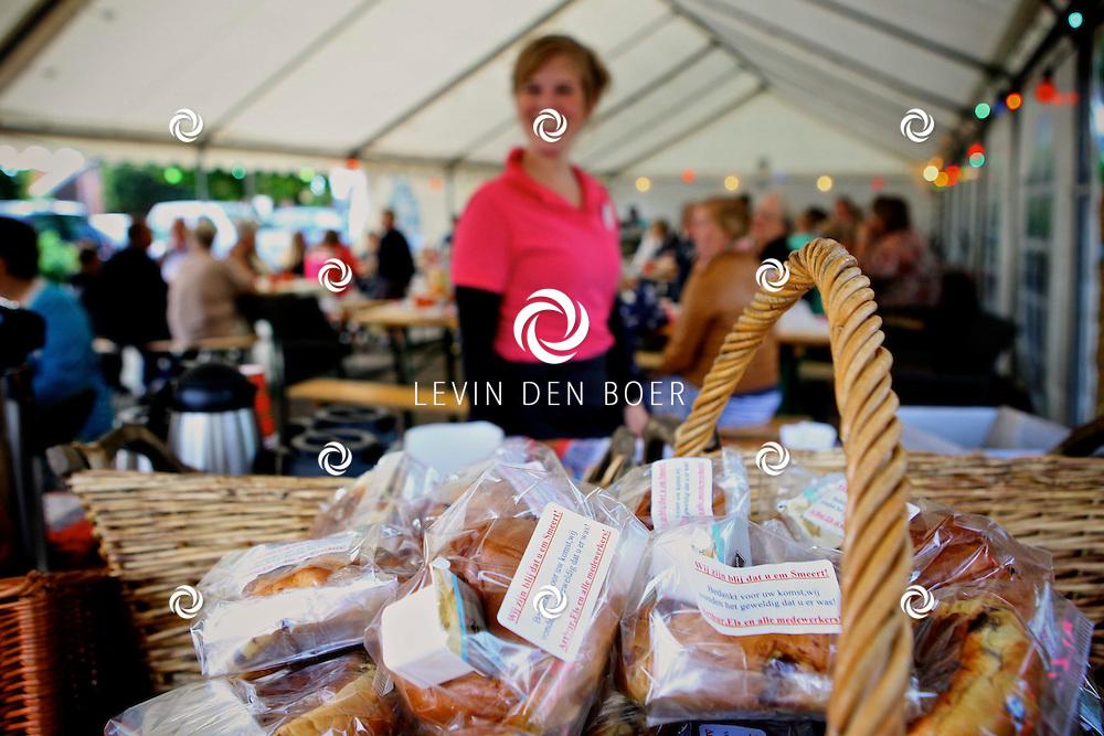 AALST - Bakkerij van Horssen bestaan 15 jaar en viert dat door de inwoners van het dorp een ontbijt aan te bieden. FOTO LEVIN DEN BOER - PERSFOTO.NU