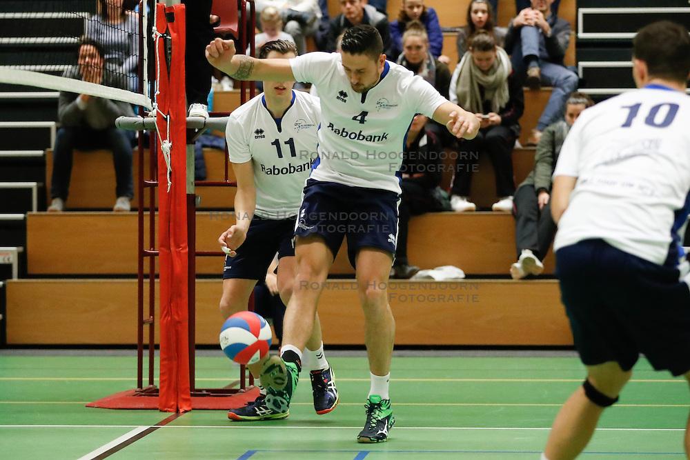 20161126 NED: Beker, Sliedrecht Sport - Pelster Cito: Sliedrecht <br />Michael van Leeuwe houdt de bal in het spel met de voet <br />&copy;2016-FotoHoogendoorn.nl / Pim Waslander