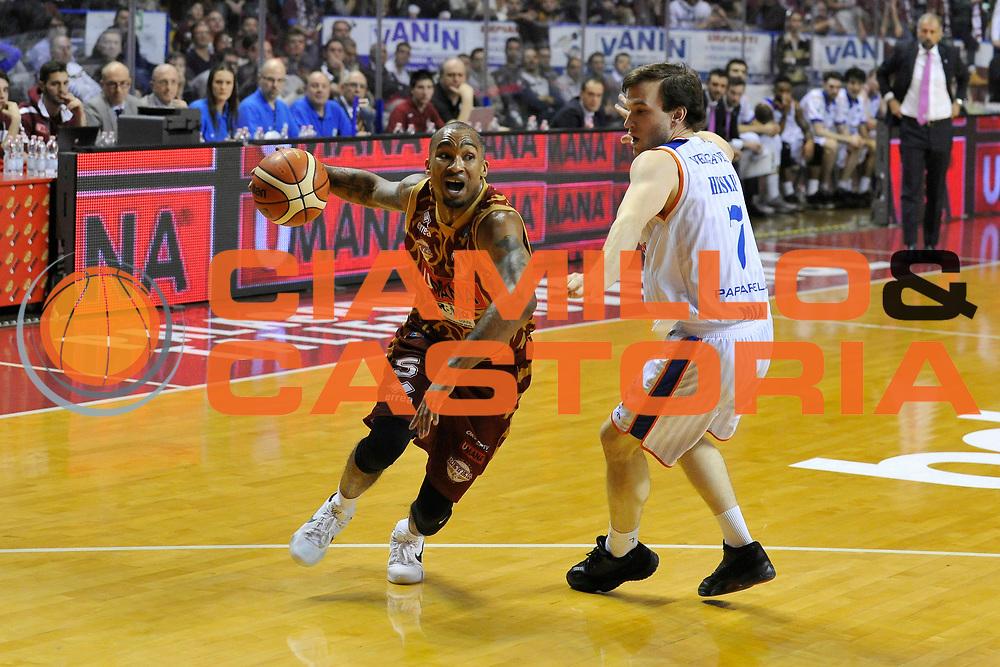 DESCRIZIONE : Venezia Lega A 2015-16 Umana Reyer Venezia - Acqua Vitasnella Cantu<br /> GIOCATORE : Phil Goss<br /> CATEGORIA : Palleggio<br /> SQUADRA : Umana Reyer Venezia<br /> EVENTO : Campionato Lega A 2015-2016 <br /> GARA : Umana Reyer Venezia - Acqua Vitasnella Cantu<br /> DATA : 06/12/2015<br /> SPORT : Pallacanestro <br /> AUTORE : Agenzia Ciamillo-Castoria/M.Gregolin<br /> Galleria : Lega Basket A 2015-2016  <br /> Fotonotizia :  Venezia Lega A 2015-16 Umana Reyer Venezia - Acqua Vitasnella Cantu