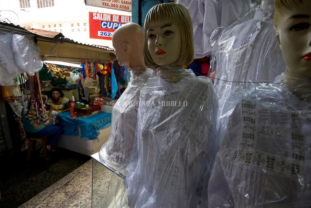 Tienda de trajes tipicos Panameño en la calle Sal si Puedes  en el casco viejo de la ciudad de Panama.Foto: Ramon Lepage / Istmophoto.