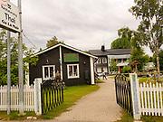 Ga La Mair, Thai restaurant i Jokkmokk. Jokkmokk, bitteliten samisk by, langt nord i Sverige. Jokkmokk (lulesamisk: Jåhkåmåhkke eller Dálvvadis) er et tettsted i Norrbottens län i landskapet Lappland i Sverige. Det er Jokkmokk kommunes administrasjonssenter. I 2010 hadde tettstedet 2 786 innbyggere. <br /> Jokkmokk ligger ved E45 straks nord for polarsirkelen. Kommunen er den nest største etter Kiruna kommune. Kommunen grenser mot Norge i vest. <br /> Jokkmokk er kjent for «Jokkmokks marked», som feiret 400-årsjubileum i 2005, samt for sin rolle som en sentral samisk samlingsplass. I Jokkmokk finnes blant annet fjellmuseet Ájtte, samt flere kunst- og håndverksbutikker. Det er også kjent som et viktig kultursted. Jokkmokk har en stor samisk befolkning. <br /> I Jokkmokk ligger Samernas utbildningscentrum som tidligere ble kalt Samernas folkhögskola. <br /> Jokkmokk har et rikt foreningsliv og idrettsaktivitet i forhold til folketallet. <br /> Navnet Jokkmokk har vært tolket som en forsvenskning av de samiske ordene for «elv» og «krok». Andreleddet kan imidlertid også være avledet av det samiske ordet for «eid». Det alternative lulesamiske navnet Dálvvadis betyr vinterboplass. (Wiki)