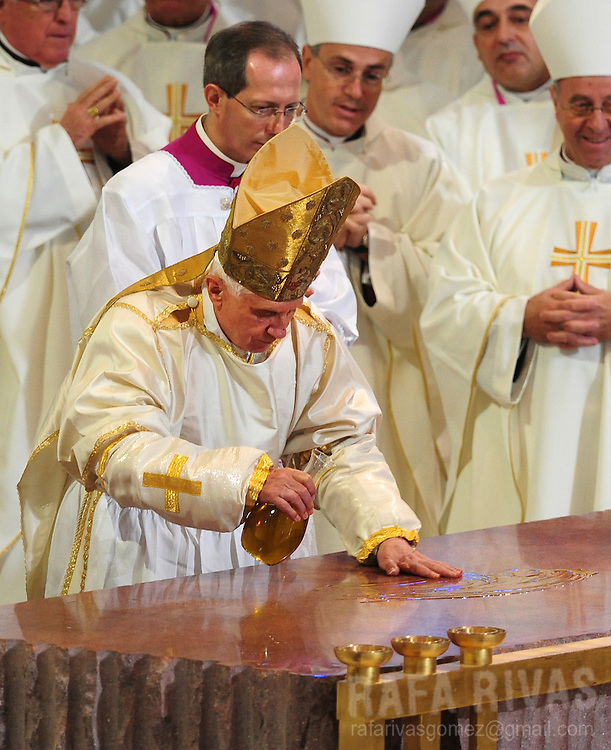 Pope Benedict XVI (C) pours some oil on the altar during a mass to consecrate Barcelona's famous temple, the Sagarada Famila church, on november 7, 2010. PHOTO/Rafa Rivas