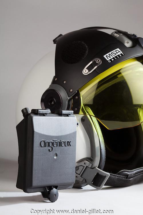 Casque pilote hélicoptere et boitier alimentation Angenieux, ATM Plasturgie // Helicopter pilot helmet and electrical box Angenieux ATM Plasturgie.  France