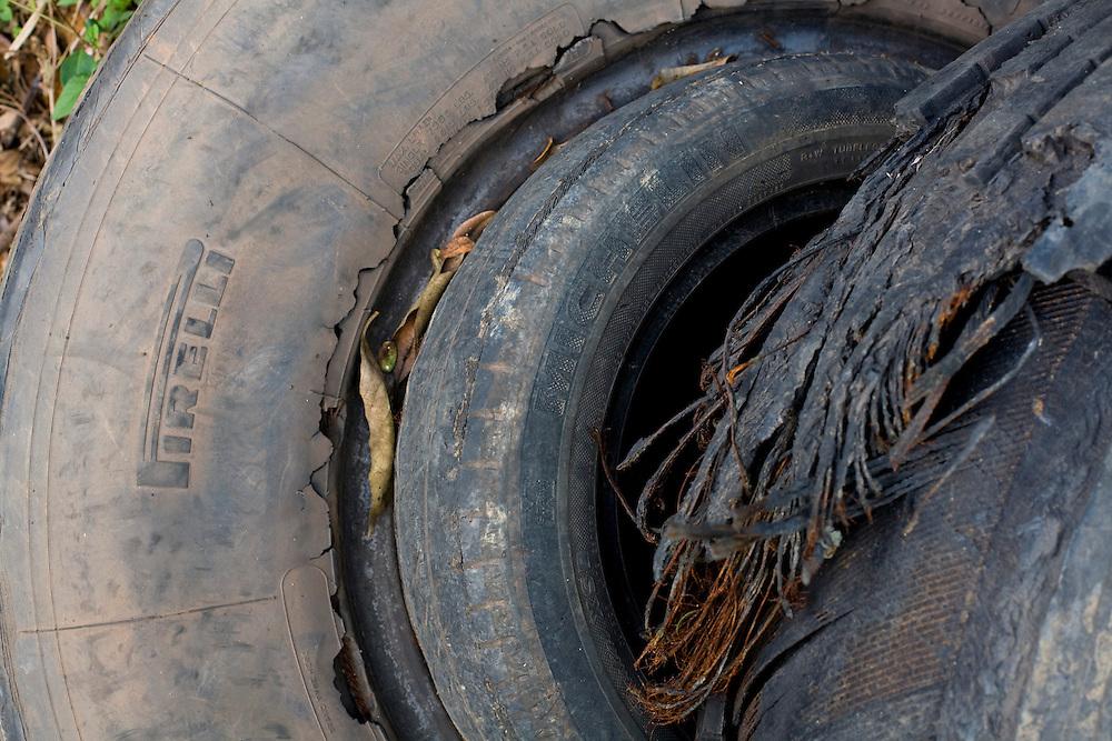 Oliveira_MG, Brasil...Detalhe de pneus em uma rodovia...Tyres detail in a highway...Foto: LEO DRUMOND / NITRO